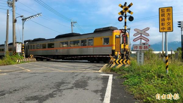 南迴鐵路暑假後將大減班,圖為枋寮中山路平交道。(記者陳彥廷攝)