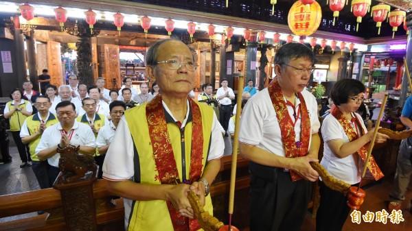 台北市長柯文哲19日清晨五點,即率領世大運執委會成員前往關渡宮上香,祈求世大運期間平安順利。(記者劉信德攝)