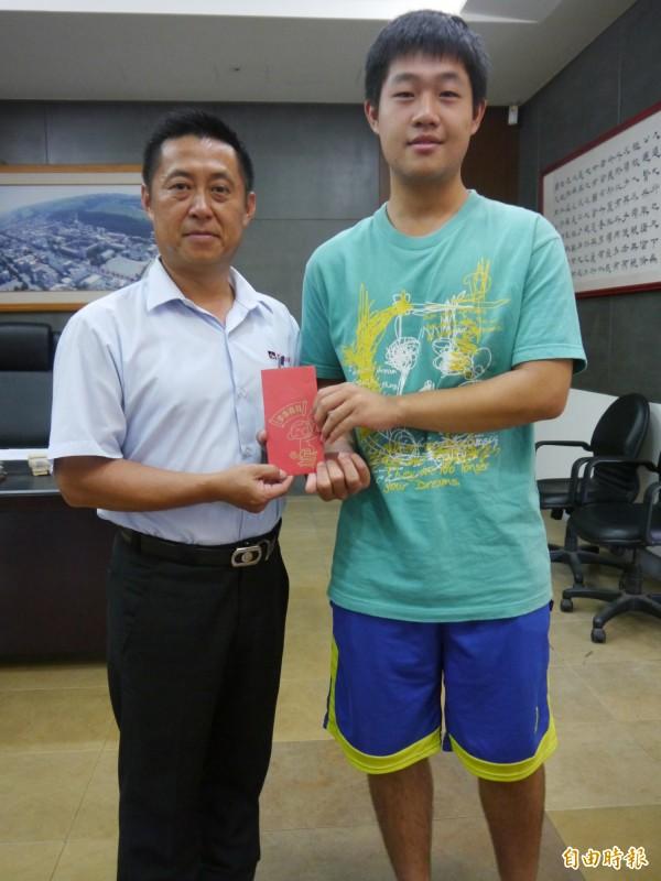 清中家長會會長陳宜興(左)頒發助學金給黃星皓。(記者張軒哲攝)