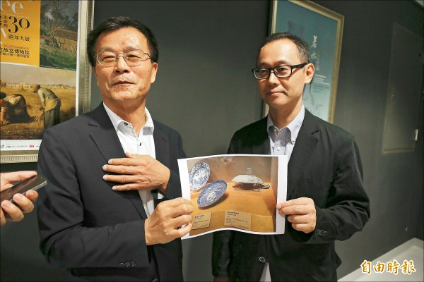 故宮院長林正儀(左)與日方策展人小林仁說明檢查結果。(記者蔡宗勳攝)