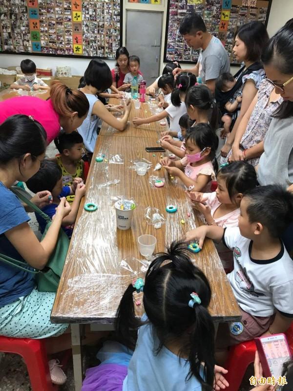 親子一塊學皂黏土,鼓勵小朋友愛洗手。(記者楊金城攝)