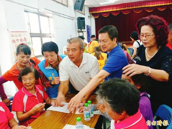 魏明谷跟老人玩得超盡興。(記者顏宏駿攝)