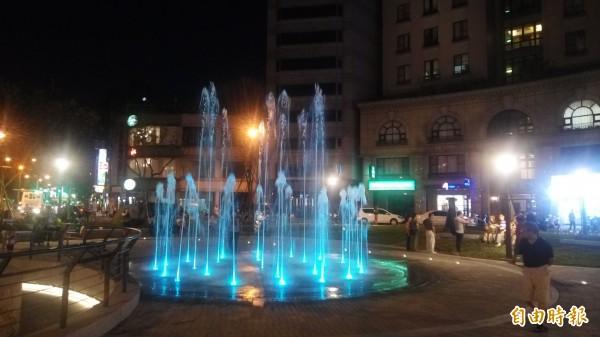 圓環廣場重建後,中央設有乾式噴泉。(記者黃建豪攝)