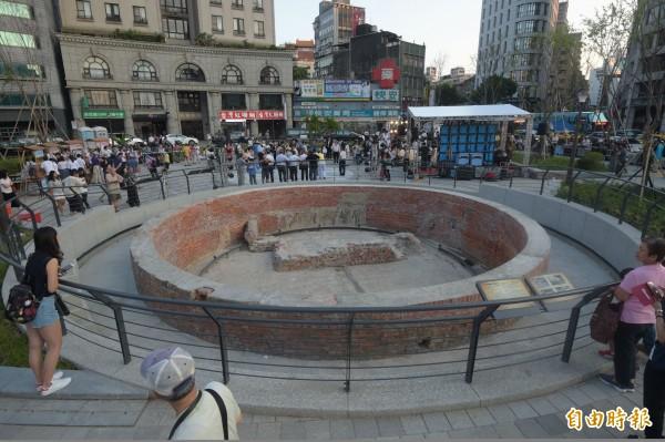 位於建成圓環的古蹟大稻埕圓環防空蓄水池。(記者黃耀徵攝)