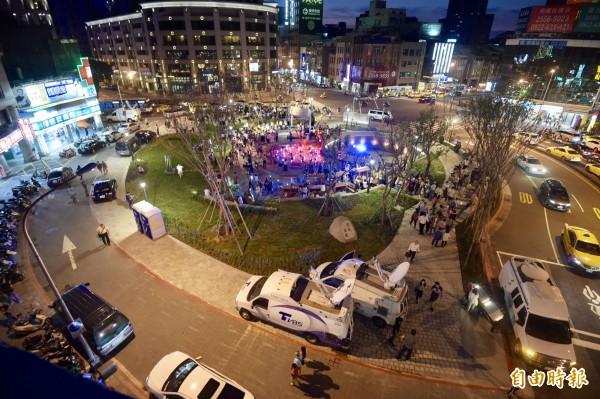 建成圓環由原本的美食館改建為綠廣場。(記者黃耀徵攝)