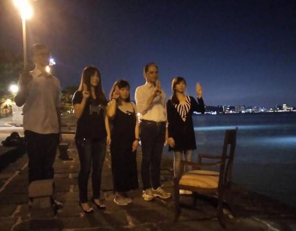 游錫堃(右二)在淡水河口擺放空椅,豎舉3指,悼念劉曉波。(圖擷自游錫堃臉書)