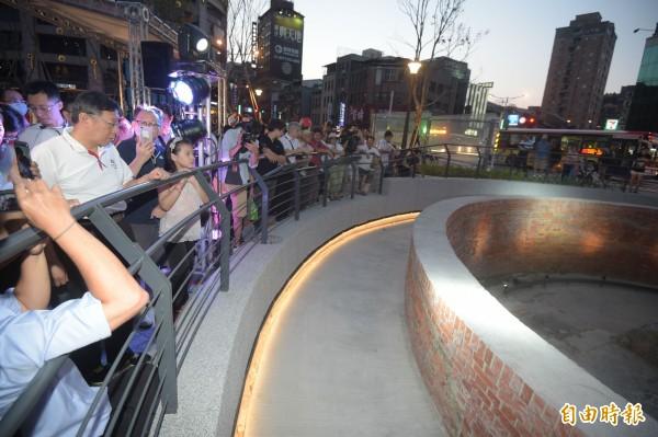 台北市長柯文哲20日出席建成圓環改造完工啟用典禮,並繞行新建綠廣場一圈,觀看古蹟大稻埕防空蓄水池。(記者黃耀徵攝)