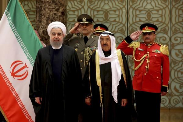 圖為今年2月,科威特國王(右2)歡迎伊朗總統(左)到訪。(美聯社)