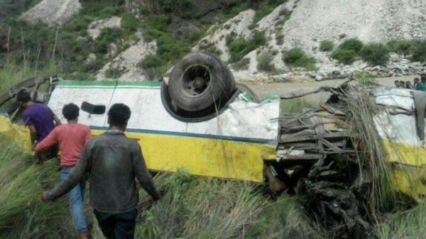 印度北部一輛公共巴士今日傳出墜谷意外,造成至少28死、9人受傷的慘劇。(圖擷自印度斯坦時報)