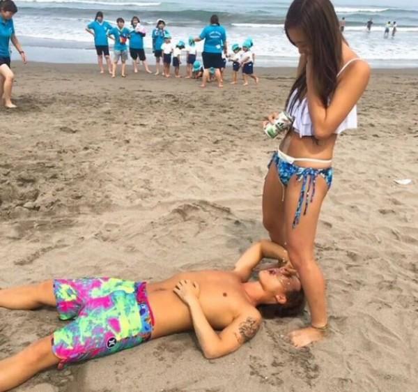 日本比基尼女孩這樣餵酒,後面的小孩都看傻了。(圖擷自田中向日葵@ypchan_68推特)