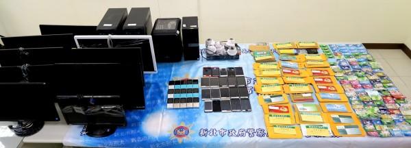 警方查扣電腦主機4台、銀行金融卡250張等贓證物。(記者陳薏云翻攝)