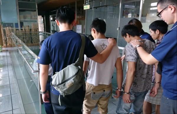 保七警方將涉案的越南籍逃逸移工送辦。(記者張勳騰翻攝)