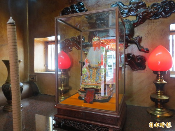 大鵬里福德祠香火鼎盛,最近廟方為土地公神像換金身。(記者蘇金鳳攝)