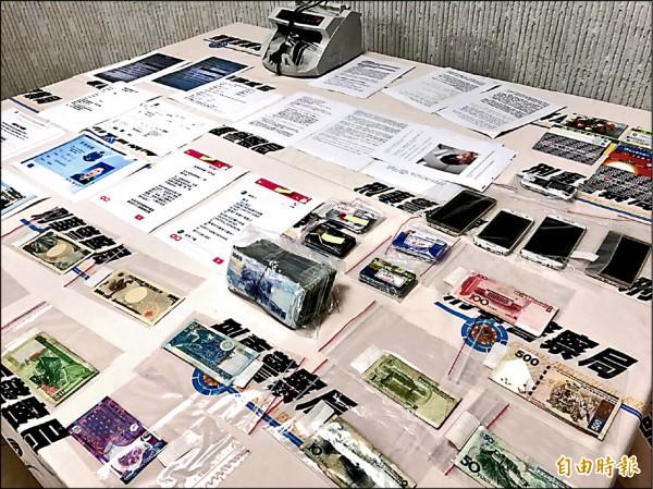 警方查扣OBU帳號、凍結銀行帳號、不動產、金融卡、信用卡、存摺、外匯存摺、中國銀聯卡、郵輪使用卡等等大批贓證物。(記者邱俊福攝)