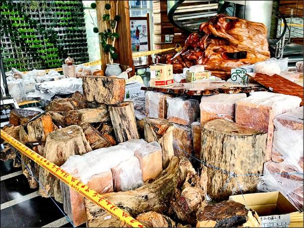 南投地檢署檢察官指揮警方在中部搜索出來的盜伐木頭,成品和半成品都有。 (南投地檢署提供)