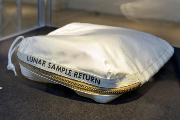 阿姆斯壯登月所用的採集包,含有月球塵埃殘留,以逾180萬美金(約新台幣5460萬元)賣出。(美聯社)