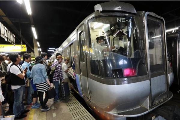 日本北海道新幹線鐵軌被土石流掩埋,札幌來回函館列車今日全面停駛。(彭博)