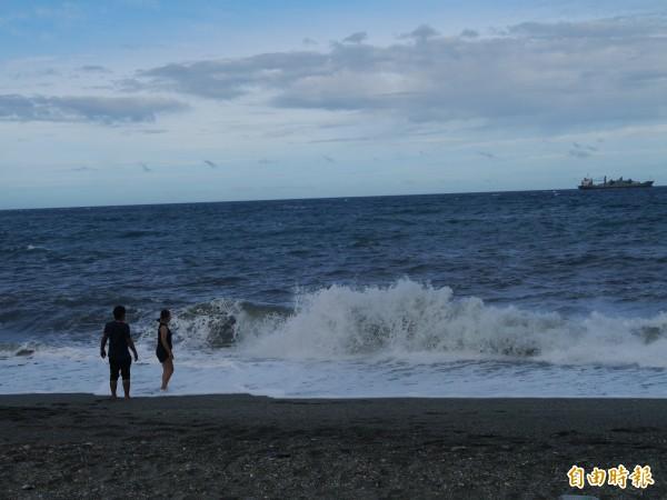 內埤海灣因為有圓弧的曲線海岸線,與閃閃發亮的礫石沙灘,加上地處隱蔽,吸引許多情人來這散步,又有「情人灣」之稱。(記者簡惠茹攝)