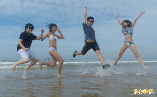金門搶灘料羅灣登場,旁邊是千人競爭的長泳水道,一邊有年輕人奔放青春、引爆熱情。(記者吳正庭攝)