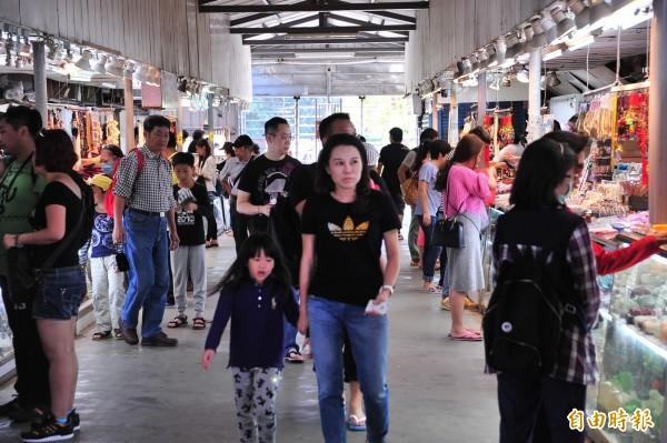 鵝鑾鼻賣店曾人潮滿滿。圖為2014年。(記者蔡宗憲攝)