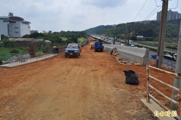 國道一號五楊高架校前路交流道施工中。(記者周敏鴻攝)