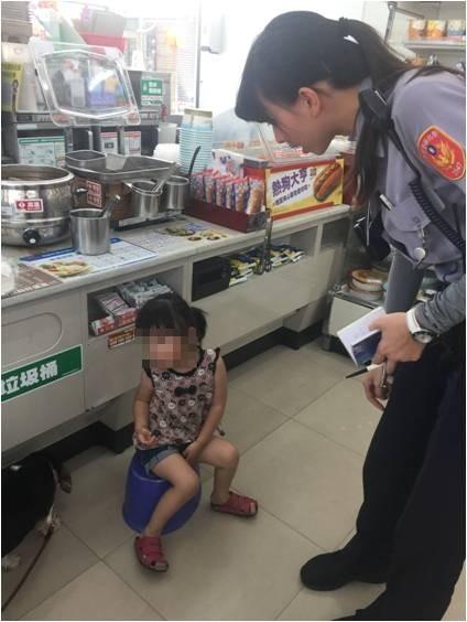 3歲女童因為在自家門口跟狗玩,就跟著狗一起走到街上,被好心民眾先帶到超商再報警,暖警陳亮吟等人隨後趕到。(記者劉曉欣翻攝)