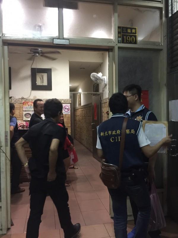 警方前往外勞租屋處搜索。(記者余衡翻攝)