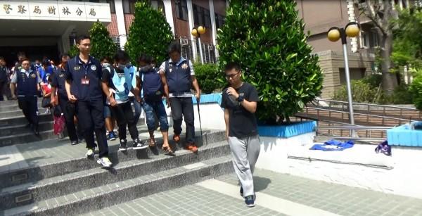 警方將外勞送往移民署收容。(記者余衡翻攝)