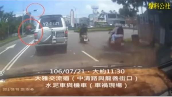 一名網友在《爆料公社》放出當時行車紀錄影片,稱這是車上的行車紀錄器所拍攝,並已經交由大雅警方。(圖擷取自《爆料公社》)