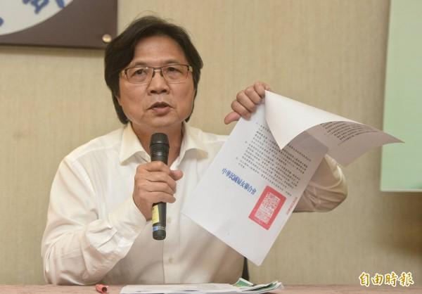內政部長葉俊榮說明婦聯會處理原則,也出示婦聯會會函。(記者林正堃攝)