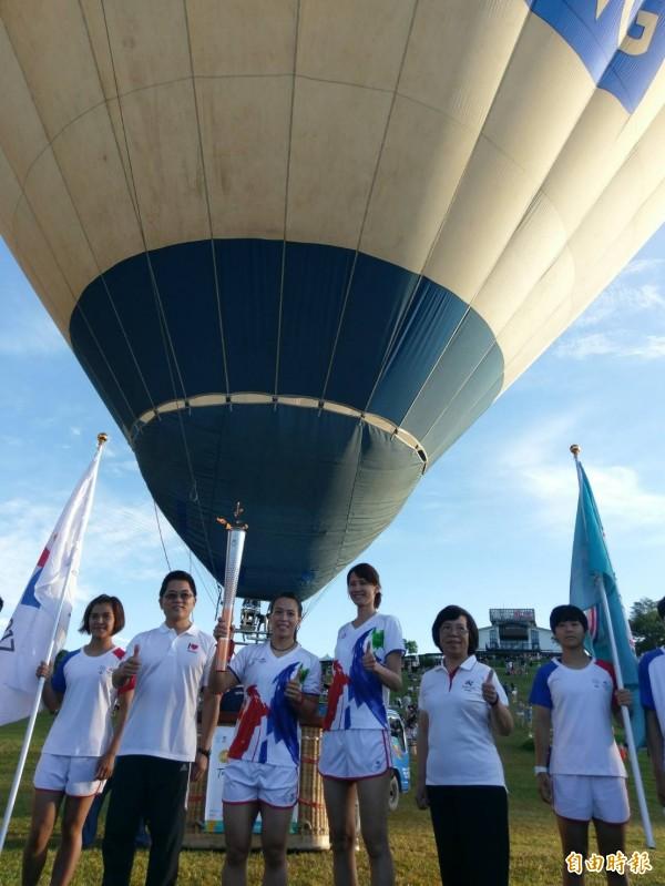 台北世界大學運動會聖火傳遞到台東,首度以搭熱氣球方式傳聖火。(記者王秀亭攝)