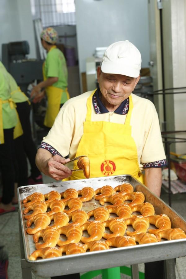 談到金牛角,福美軒餅舖創辦人羅福清的眼睛立刻發亮,說道:「好吃的金牛角,不管在剛出爐或冷藏後都會很好吃。」(記者陳宇睿攝)