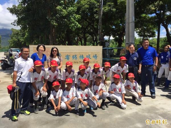 台東第一家民營的「賓賜棒球場」今天揭幕。(記者黃明堂攝)
