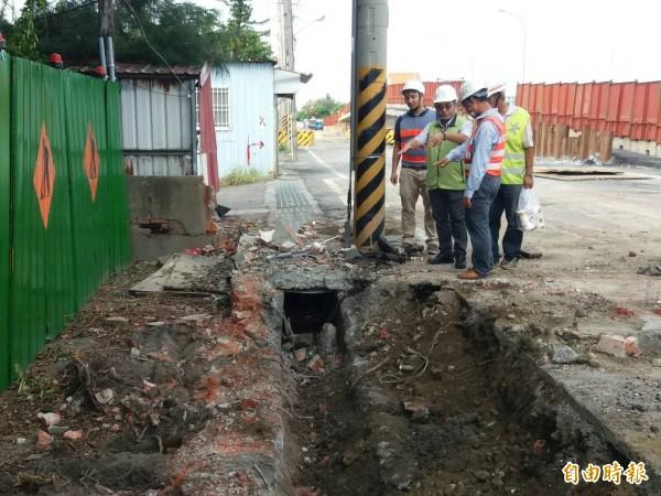 因應尼莎颱風來襲,南市工務局總動員進行防颱前工地巡查,及檢視防汛整備狀況。(記者洪瑞琴攝)