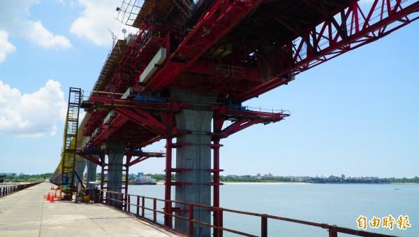 交通部國工局督建的金門大橋引橋段,採支撐先進工法施工。(記者吳正庭攝)