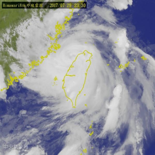 中颱尼莎於29日晚間10點半已出海,根據氣象局於29日晚間11點30分的預報,颱風中心已來到新竹西方約30公里的海面上。(圖擷自氣象局網站)