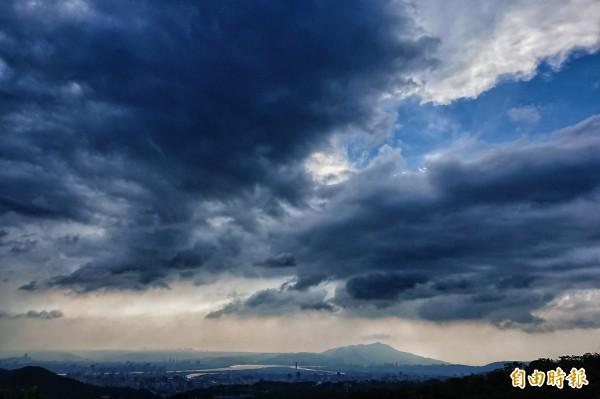 中央氣象局表示尼莎可能成為今年第一個侵台颱風,27日下午台北市雲層開始增多;颱風預計最快28日清晨發布海上警報、下午發布陸上警報。(記者鹿俊為攝)