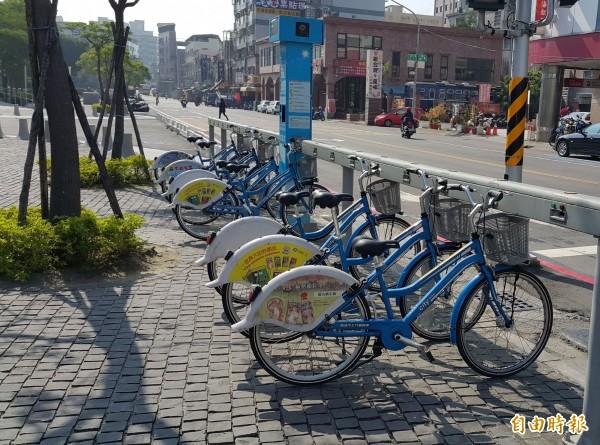 颱風來襲,高雄市公共腳踏車今天深夜12時起全面暫停營運。(記者陳文嬋攝)
