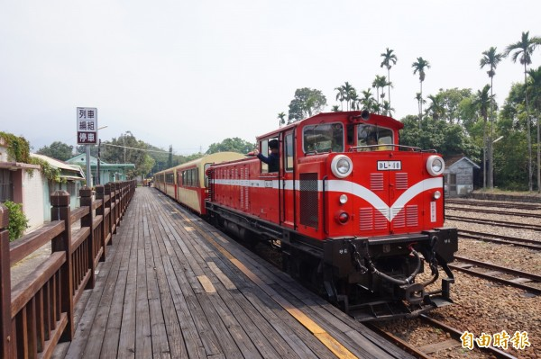 阿里山森林鐵路將自29日至31日連3天停駛。圖為森林鐵路列車停靠竹崎站。(資料照,記者曾迺強攝)