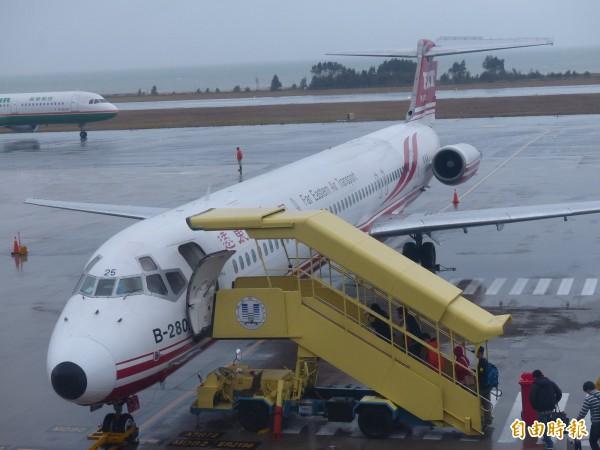 尼莎颱風來襲,遠東航空29日國內外線航班都有異動。(資料照,記者吳正庭攝)