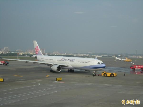 高雄機場華航班機將視狀況停飛。(記者黃旭磊攝)