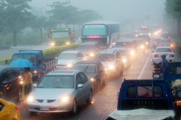 台1線枋寮至南州因為路段積水,幾乎動彈不得。(記者蔡宗憲翻攝)