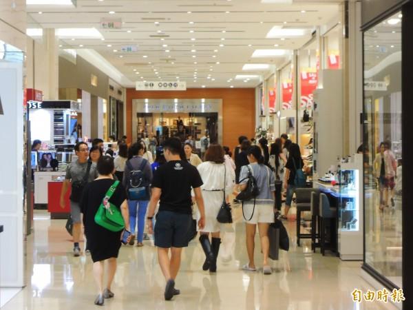 高雄有百貨公司放颱風假,消費者提早離館。(記者黃旭磊攝)