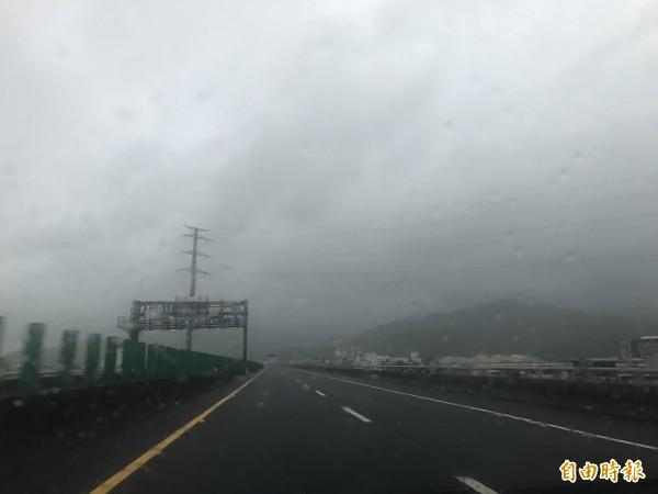 尼莎颱風來襲,國5頭城至蘇澳段晚間6點起封閉。(記者林敬倫攝)