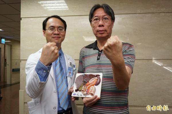 毛先生罹患巨大肝腫瘤,手術後恢復良好,與醫師彭正明呼籲病友不要輕忽沉默的肝臟,不要放棄治療。(記者蔡淑媛攝)