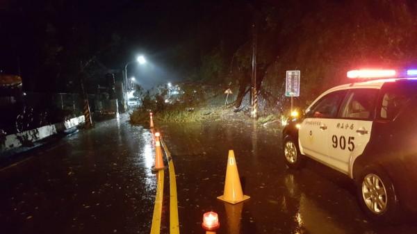 新竹縣120號縣道23.8公里處路樹倒塌,目前僅供單線雙向通行。(圖由警方提供)