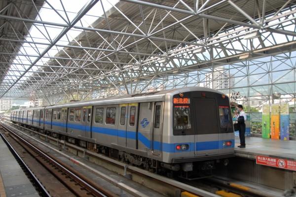 受颱風尼莎影響,北台灣風雨在夜間加大,台北捷運部分高架、平面段已於晚間10時10分停駛。(資料照,捷運公司提供)