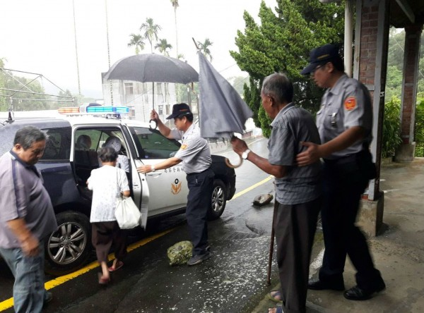斗南分局員警協助撤離山區住戶。(記者黃淑莉翻攝)