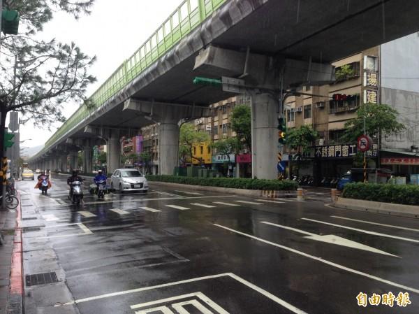 因應中颱尼莎來襲,風雨漸大,台北捷運各路線維持營運但晚間8點起調整班距,平面及高架路段將視風速暫停營運。(資料照,記者何世昌攝)