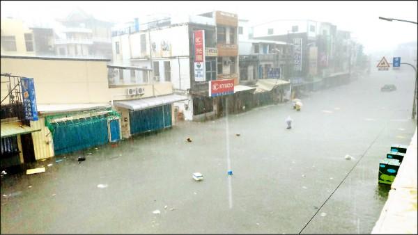 尼莎颱風襲台,屏東地區昨天降下罕見強烈雨勢,沿海鄉鎮大淹水,林邊鄉市區的台十七線成了水鄉澤國。(記者葉永騫翻攝)